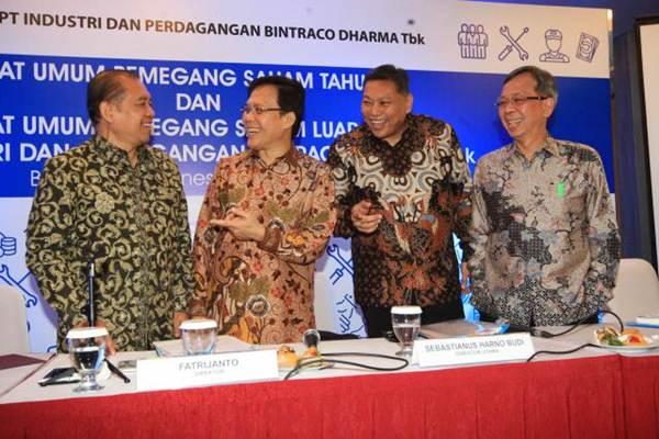 Presiden Direktur PT Industri Dan Perdagangan Bintraco Dharma Tbk Sebastinus Harno Budi (kedua kanan), berbincang dengan Direktur Independen Joko Tri Sanyoto (dari kiri), Direktur Fatrijanto dan Wakil Presiden Direktur Benny Redjo Setyono seusai RUPS, di Jakarta, Senin (22/5). - JIBI/Dedi Gunawan