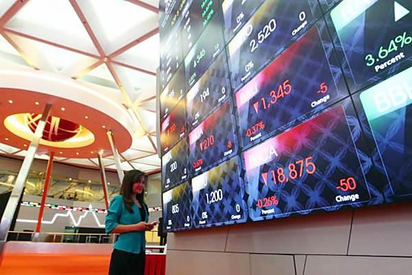Pengunjung mengamati papan elektronik yang menunjukkan pergerakan indeks harga saham gabungan 9IHSG), di gedung Bursa Efek Indonesia, Jakarta, Kamis (3/8). - JIBI/Dwi Prasetya