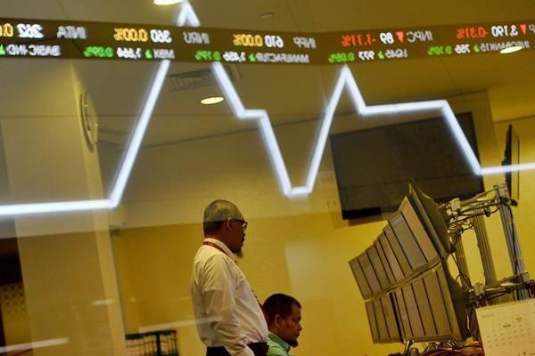 Karyawan memantau pergerakan Indeks Harga Saham Gabungan (IHSG) di Bursa Efek Indonesia, Jakarta, Senin (11/9). - ANTARA/Sigid Kurniawan