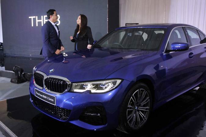 Director of Communications BMW Group Indonesia Jodie O'tania (kanan) berbincang dengan Vice President of Sales BMW Indonesia Bayu Riyanto di samping mobil All New BMW Seri 3, di ICE BSD , Serpong, Tangerang Selatan, Rabu (10/7/2019). - Bisnis/Endang Muchtar