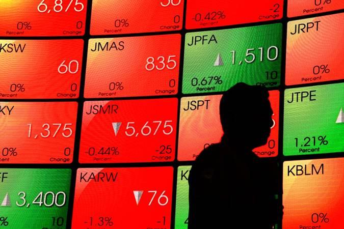 Pengunjung berjalan di dekat papan pergerakan Indeks Harga Saham Gabungan (IHSG) di kantor Bursa Efek Indonesia, Jakarta. - Bisnis/Triawanda Tirta Aditya