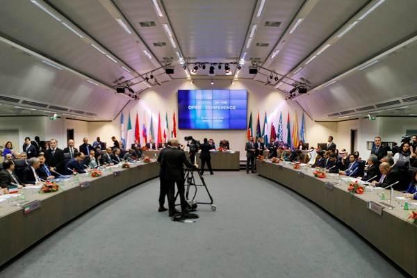 Suasana sidang OPEC di Vienna, Austria, Rabu (30/11). - REUTERS/Heinz/Peter Bader