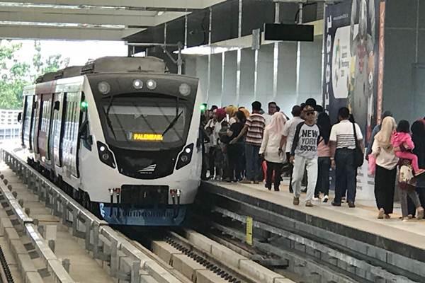 Warga naik Light Rail Transit (LRT) di Palembang, Sumatra Selatan - JIBI/Arif Budisusilo