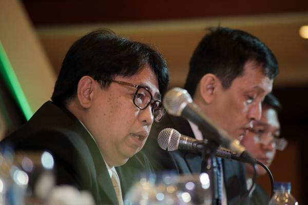 Direktur Utama PT Timah Tbk. Mochtar Riza Pahlevi Tabrani (kiri) memberikan paparan dalam jumpa pers rapat umum pemegang saham tahunan, di Jakarta, Senin (16/4/2018). - JIBI/Felix Jody Kinarwan