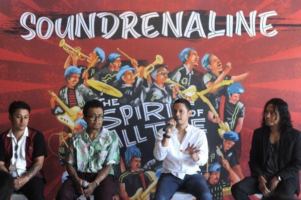 Kurator musik Soundrenaline 2019 Widi Puradireja (kedua kanan), vokalis Navicula Gede Robi (kanan), personel The Hydrant Vincent (kiri) dan Adi, memberikan keterangan saat jumpa pers jelang Soundrenaline 2019, di Denpasar, Bali, Kamis (5/9/2019). Soundrenaline 2019 yang diselenggarakan di Garuda Wisnu Kencana, Bali, pada 7-8 September mendatang akan menampilkan sekitar 60 musisi dalam dan luar negeri seperti Suede, Primal Scream, Padi Reborn, Barasuara, Kahitna dan Burgerkill. - ANTARA FOTO/Fikri Yusuf