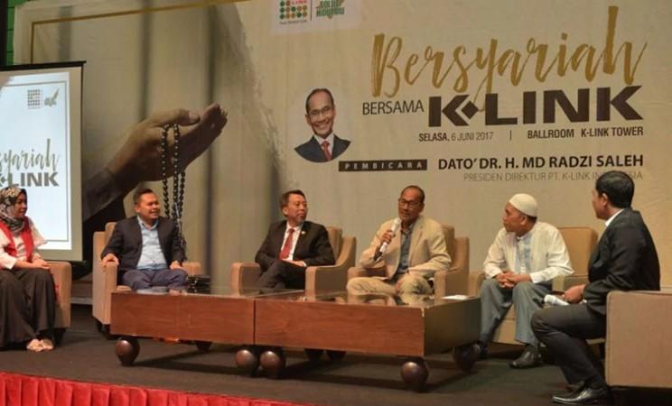 Presiden Direktur K-Link Indonesia Radzi Saleh (ketiga kanan) dalam salah satu seminar syariah. - k/link.co.id