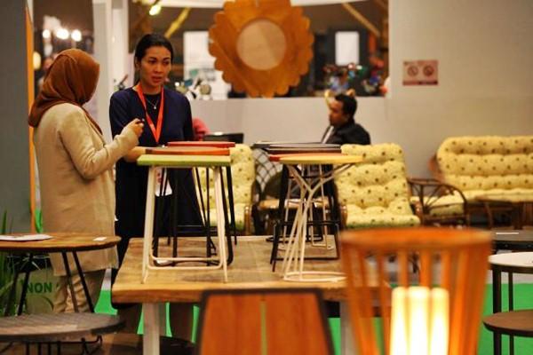 Pengunjung berada di salah satu stand pameran International Furniture Expo (IFEX) 2017 di Jakarta, Senin (13/3). - JIBI/Dwi Prasetya