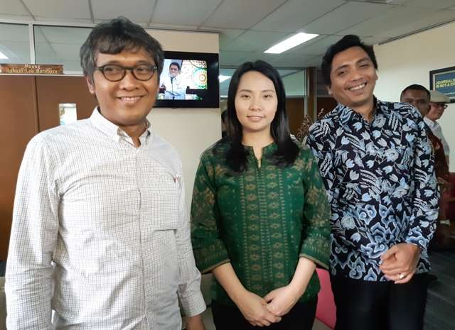 Sutradara Livi Zheng (tengah) bersama Arif Zulkifli, Ketua Komisi Pengaduan dan Penegakan Etika Pers Dewan Pers (kiri) dan Kuasa Hukum Livi Zheng (kanan) usai mediasi di Dewan Pers - Bisnis/Agne Yasa