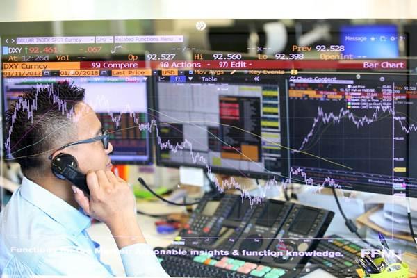 Karyawan memantau pergerakan saham di Global Markets Maybank Indonesia, Jakarta, Rabu (10/1). - JIBI/Abdullah Azzam