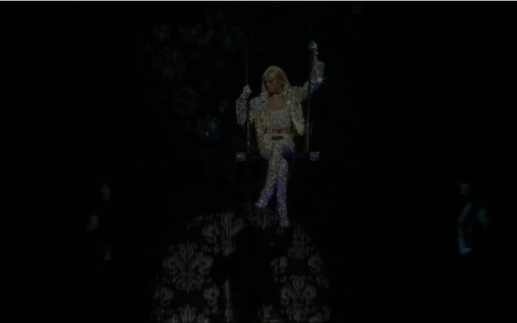 "Peragaan busana ""The Blonds x Moulin Rouge!"" di Broadway dalam rangka New York Fashion Festival. Sumber: Reuters"