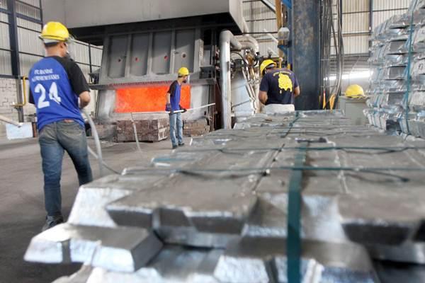 Pekerja melakukan pengecoran produk aluminium di pabrik milik Hyamn Group, di Cirebon, Jawa Barat, Rabu (25/4/2018). - JIBI/Endang Muchtar