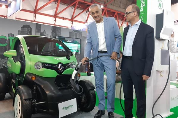 Country President Schneider Electric Indonesia Xavier Denoly (kiri) menunjukkan cara kerja alat pengisian daya listrik EVlink, Rabu (11/9/2019). - Bisnis/Ilman Sudarwan