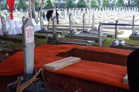 Ratusan Masyarakat Saksikan Prosesi Pemakaman B.J.…