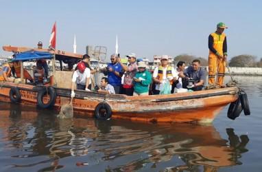 100.000 Orang Serentak Bersihkan Laut dan Pantai Catat Rekor MURI
