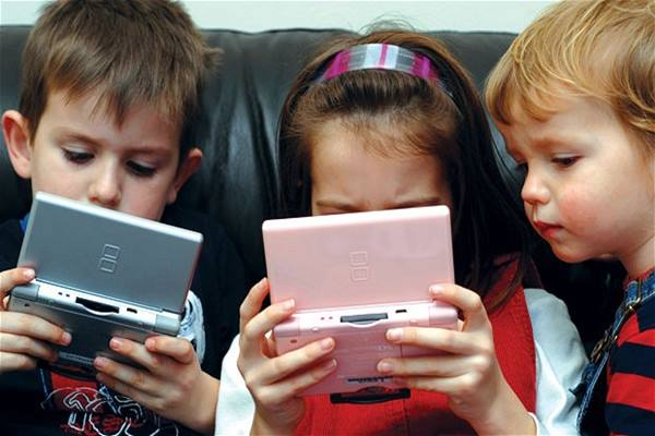 Anak-anak bermain gadget - Istimewa