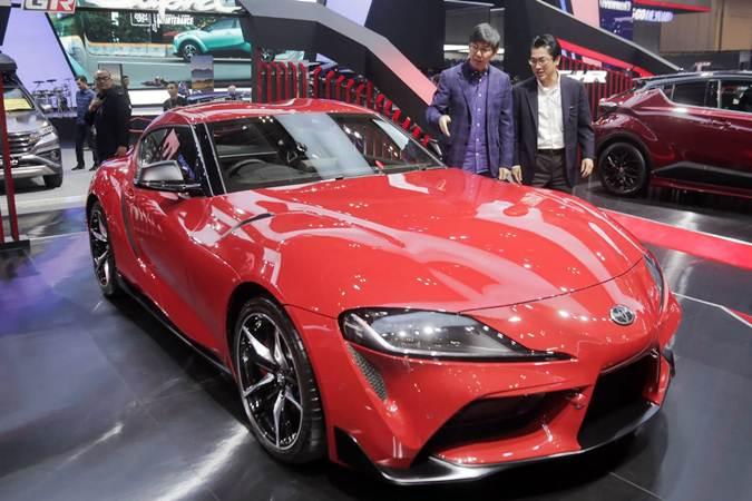 Marketing Director PT Toyota-Astra Motor Kazunori Minamide (kanan) berbincang dengan Marketing Director PT Toyota-Astra Motor Anton Jimmy Suwandi di sela-sela peluncuran Toyota GR Supra di ajang GIIAS 2019. - Bisnis.com