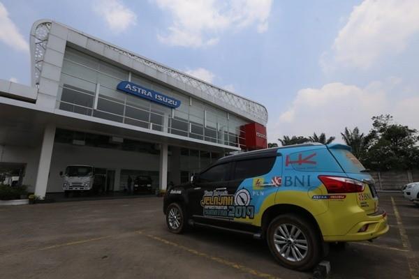 Mobil Tim Jelajah Infrastruktur Sumatra 2019 berada di dealer resmi Isuzu yang ada di kawasan Hilir Barat,Palembang, Jumat (13 - 9). BISNIS / Nurul Hidayat