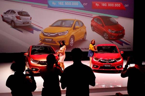 Pengunjung mengamati mobil All New Brio Satya S M/T dan All New Brio RS CVT di Jakarta, Rabu, (12/9/2018). - JIBI/Nurul Hidayat