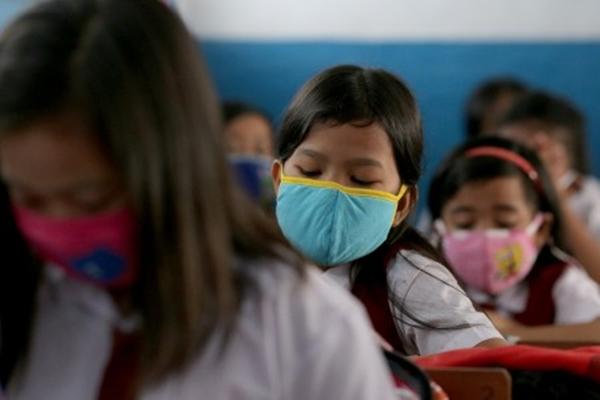 Sejumlah pelajar Sekolah Dasar Negeri (SDN) 1 melakukan aktivitas belajar di dalam ruangan sekolah dengan memakai masker, di Palembang, Sumsel. Selasa (15/9/2015). Untuk menghindari penyakit Infeksi Penyaluran Atas (ISPA) pemerintah propinsi mengimbau masyarakat untuk mengenakan masker saat melakukan aktivitas di luar rumah. - Antara