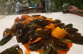 Menyantap Seafood Beserak di Atas Selembar Kertas…