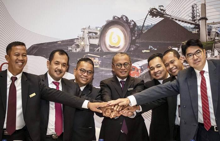 Dirut PT Bukit Asam Tbk Arviyan Arifin (tengah) bersama Direktur Mega Satria (ketiga kanan), Direktur Adib Ubaidillah (ketiga kiri), Direktur Joko Pramono (kedua kanan), Direktur Suryo Eko Hadianto (kedua kiri), Direktur Fuad Iskandar Zulkarnain Fachroeddin (kanan), dan Sekretaris Suherman bertumpu tangan usai mengikuti RUPST, di Jakarta, Kamis (25/4/2019). - ANTARA/Aprillio Akbar