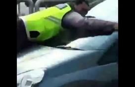 Aksi Heroik Bripka Eka 'Nemplok' di Kap Mobil Pelanggar Parkir