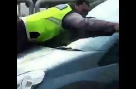 Aksi Heroik Bripka Eka 'Nemplok' di Kap Mobil Pelanggar…
