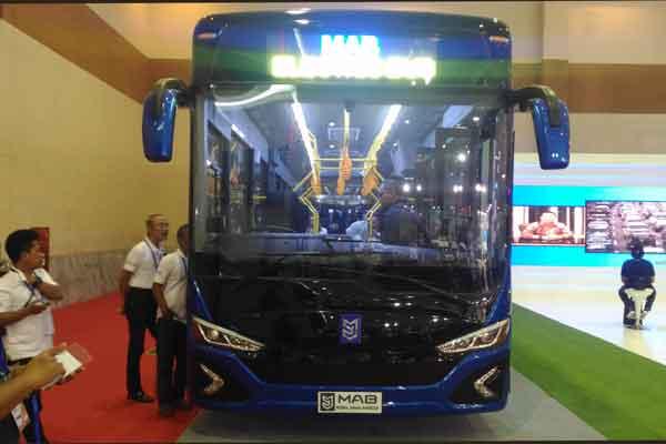 Beberapa pengunjung melihat-lihat bus bertenaga listrik MAB. Bus ini dirancang sebagai sarana transportasi dalam kota dan antarkota. - Bisnis.com/Fatkhurl Maskur
