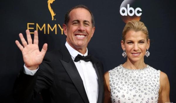 Komedian Jerry Seinfeld dan istrinya Jessica di Emmy Awards 2016 - Reuters