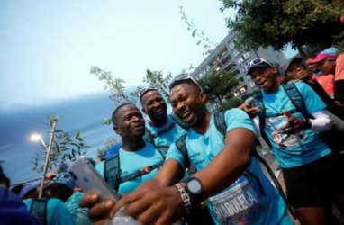 Unik, Peserta Maraton di Cape Town Wajib Gendong Pohon