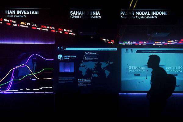 Karyawan melintas di dekat monitor pergerakan Indeks Harga Saham Gabungan (IHSG) di Bursa Efek Indonesia, Jakarta, Jumat (22/6/2018). - ANTARA/Sigid Kurniawan