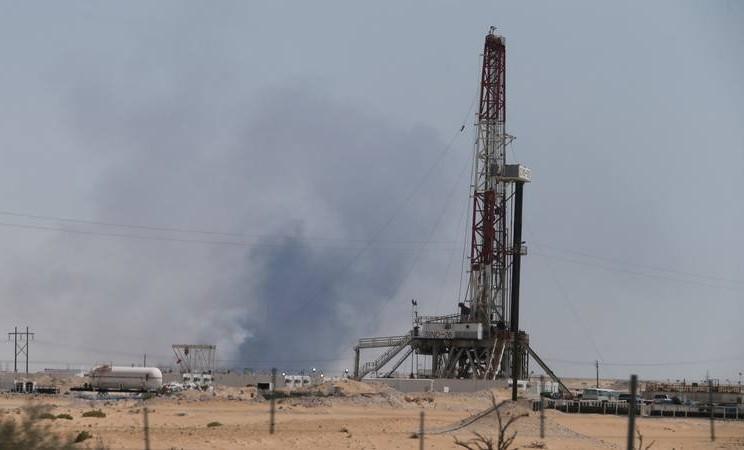 Asap terlihat di fasilitas pabrik minyak Aramco di kota timur Abqaiq, Arab Saudi, yang diserang pada 14 September 2019. - Reuters