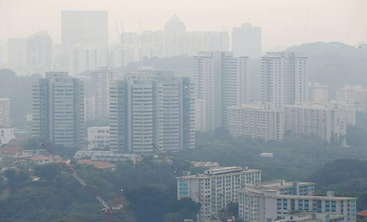 Blok apartemen perumahan umum diselimuti oleh kabut asap di Singapura 13 September 2019. - Reuters