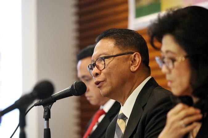 Direktur Utama PT Summarecon Agung Tbk Adrianto P. Adhi didampingi direksi lainnya memberikan penjelasan mengenai kinerja perusahaan, usai rapat umum pemegang saham tahunan, di Jakarta, Kamis (20/6/2019). - Bisnis/Dedi Gunawan