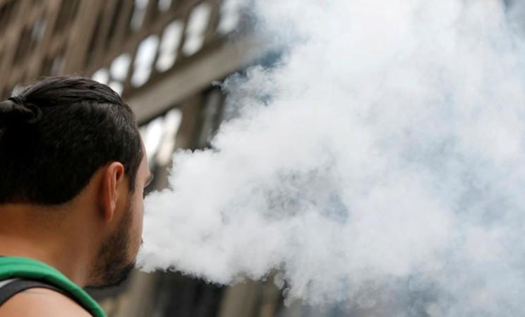 Ilustrasi rokok elektrik - Reuters