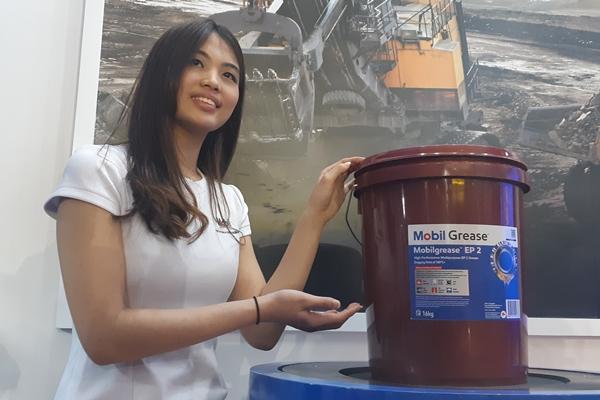 Model menunjukkan produk baru ExxonMobil, Mobilgrease EP 2 - Bisnis/Ilman Sudarwan