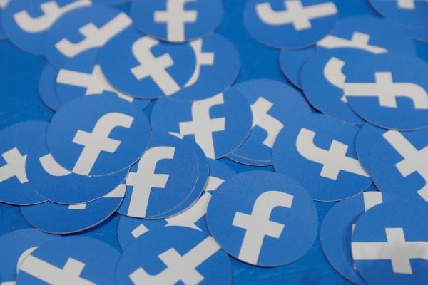 Stiker dengan logo Facebook terlihat dalam konferensi F8 yang digelar Facebook di San Jose, California, AS, Selasa (30/4/2019). - Reuters/Stephen Lam