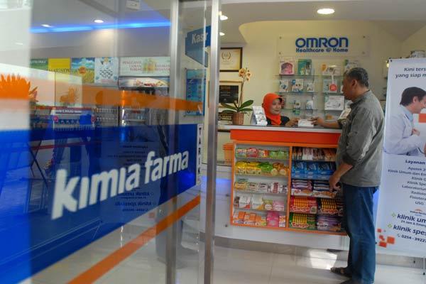 Konsumen melakukan transaksi di salah satu apotek Kimia Farma. - Bisnis.com