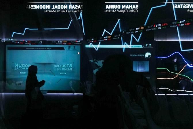 Pengunjung beraktivitas di dekat monitor pergerakan Indeks Harga Saham Gabungan (IHSG) di Jakarta - Bisnis/Felix Jody Kinarwan