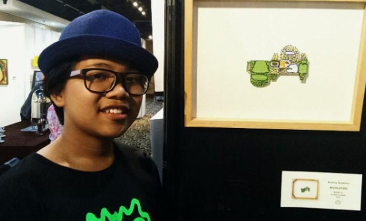 Bintang Tanatimur dengan latar belakang karyanya. - Bisnis.com/Dionisio Damara