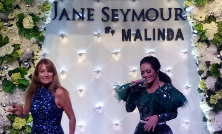 Krisdayanti (kanan) bernyanyi bersama bintang Hollywood Jane Seymour (kiri) di Melinda Furniture Gallery, Jakarta, Sabtu (21/9/2019) malam. - Bisnis.com/Dionisio Damara