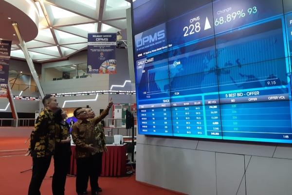 Direksi PT Optima Prima Metal Sinergi Tbk. (OPMS) berfoto bersama ketika resmi melantai di Bursa Efek Indonesia (BEI), Jakarta, Senin (23/9/2019). - Bisnis/Azizah Nur Alfi