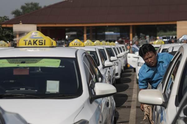Pengemudi taksi Express menunggu penumpang di pool taksi Bandara Soekarno-Hatta, di Tangerang, Banten, Selasa (20/3/2018). - JIBI/Felix Jody Kinarwan