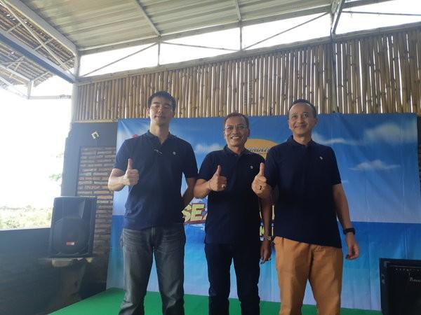 (Dari kiri ke kanan) General Manager Strategic Planning SIS Ei Mochizuki, Owner Sinta Marine I Made Sinta, dan Marine Deputy General Manager SIS Gunardi Prakosa membuka gelaran Seaventure Outboard DF200A, di Kota Mataram, Nusa Tenggara Barat, Senin (23/9/2019). - Bisnis/Ilman A. Sudarwan