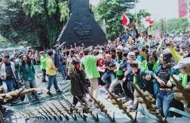 Mahasiswa Jebol Gerbang Kantor Gubernur Jawa Tengah