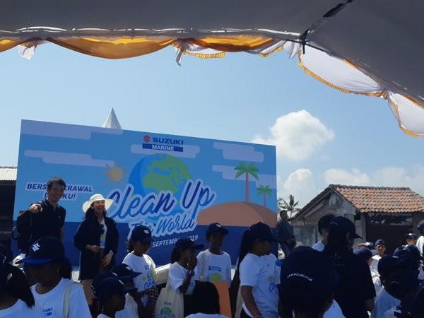 Aksi bersih-bersih bertajuk Clean Up The World di Pelabuhan Tribuana, Pantai Kusamba, Klungkung, Bali, Selasa (24/9/2019). - Bisnis/Ilman A. Sudarwan