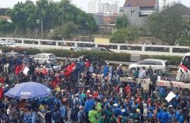 Mahasiswa Terobos Jalan Tol Dalam Kota Depan Gedung DPR RI, Lalin Macet Total