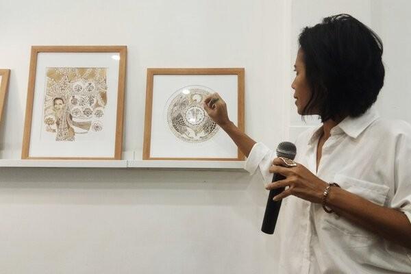 Aji Yahuti menjelaskan cerita dari setiap lukisan pada Perempuan Dalam Kopi, di Jakarta, Senin (23/9/2019) malam. Bisnis.com - Dionisio Damara