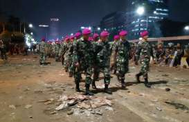 Lima Peleton Marinir Bertangan Kosong Bergerak ke Arah Senayan