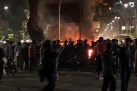 Pos Polisi Terbakar, Ada Kelompok Bertopi Khas di…